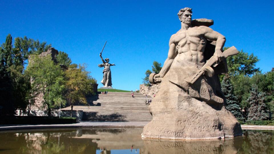مجسمه مامایف کورگان