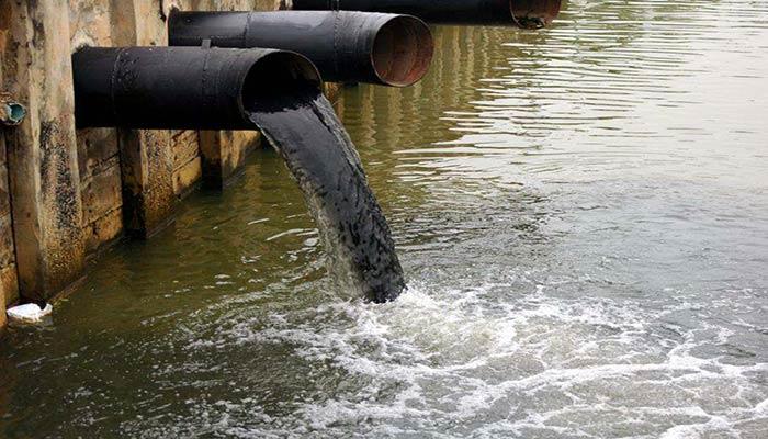 آلودگی رودخانه ولگا توسط پساب های صنعتی و شهری.